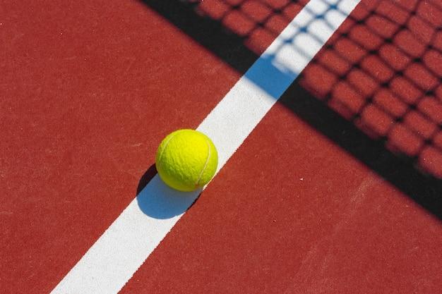 Tennisballen op het veld