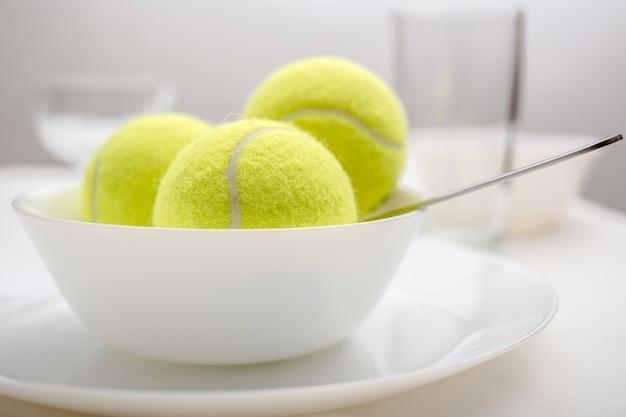 Tennisballen zitten in een kom in plaats van ijs
