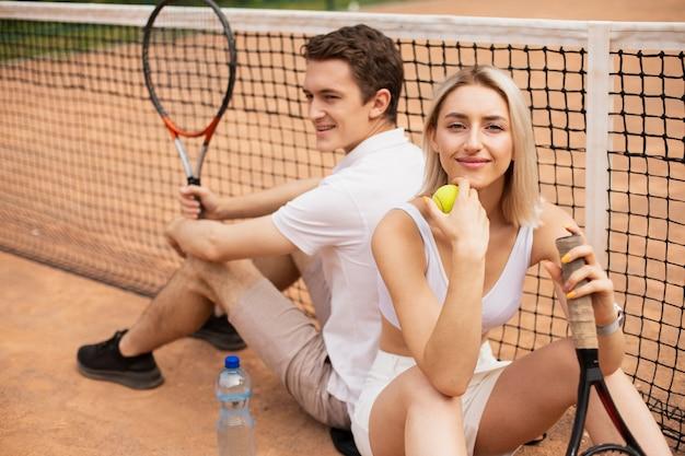 Tennispaar dat een pauze neemt