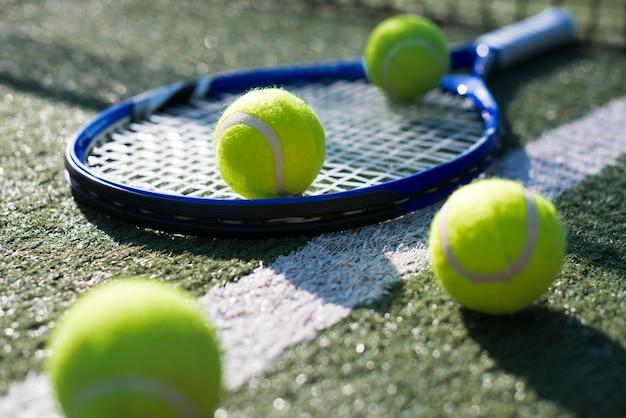 Tennisracket en ballen van de close-up ter plaatse