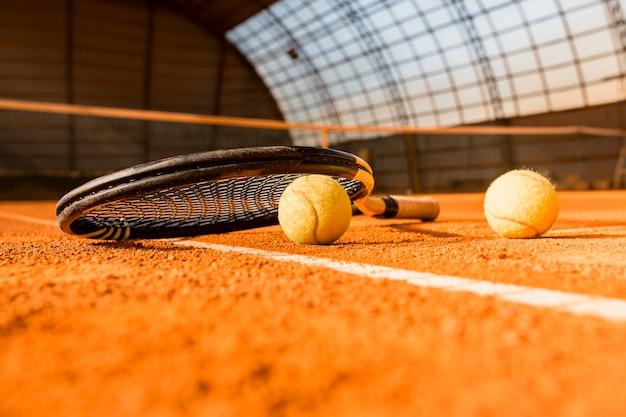 Tennisracket op bal