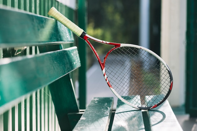 Tennisracket op een bank