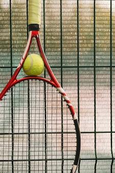 Tennisracket op een hek