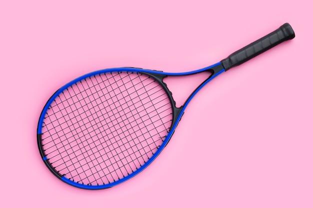 Tennisracket op roze achtergrond.