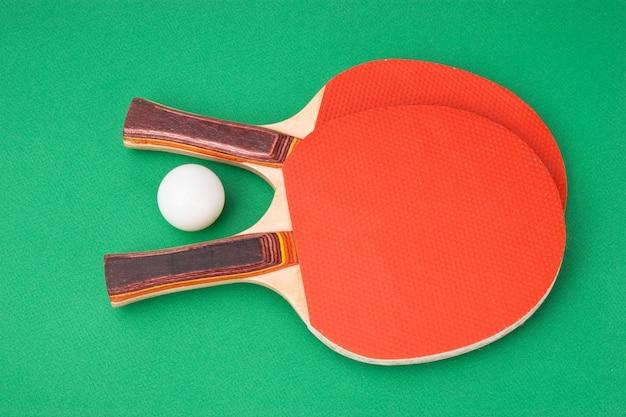 Tennisrackets op een groene tafel