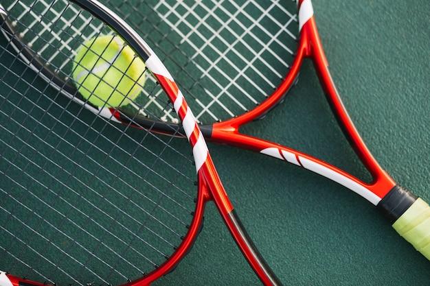 Tennisrackets op het veld