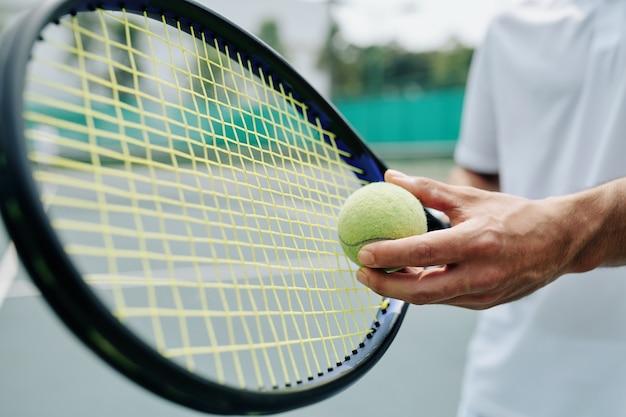 Tennisser dienende bal