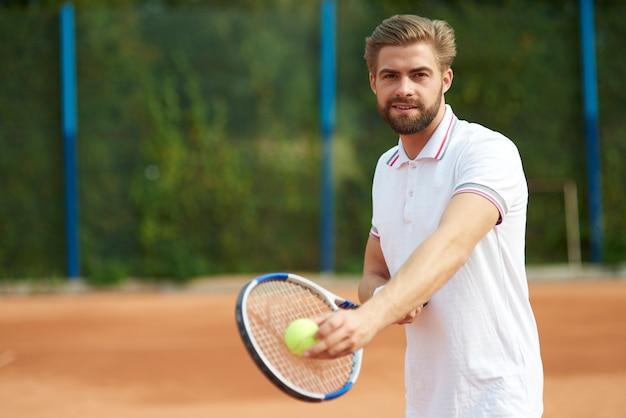 Tennisser met bal en racket