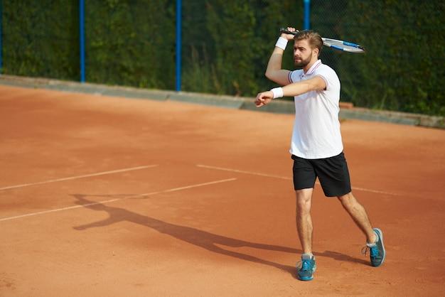 Tennisser met racket op de baan
