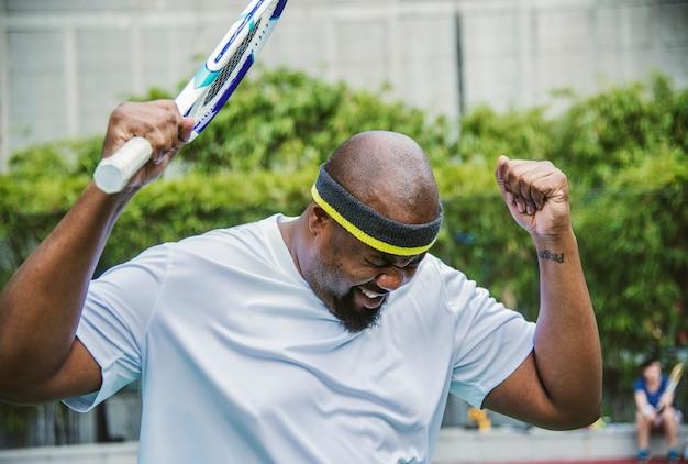 Tennisspeler die de gelijke verliest
