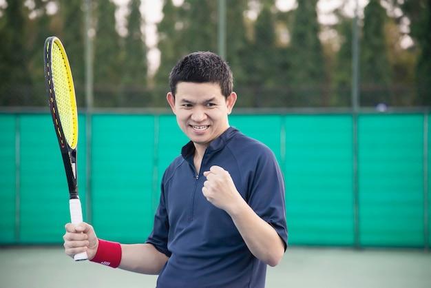 Tennisspeler drukt zijn overwinning uit in het spel