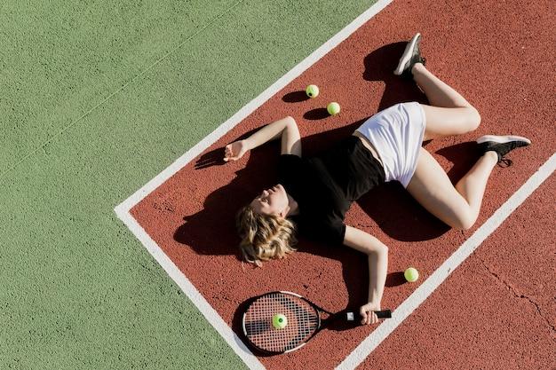 Tennisspeler op de grond bovenaanzicht