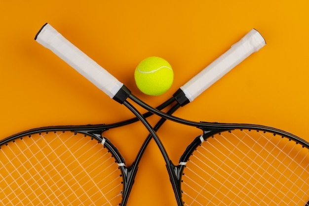 Tennisspeler sportuitrusting. tennisracket en bal