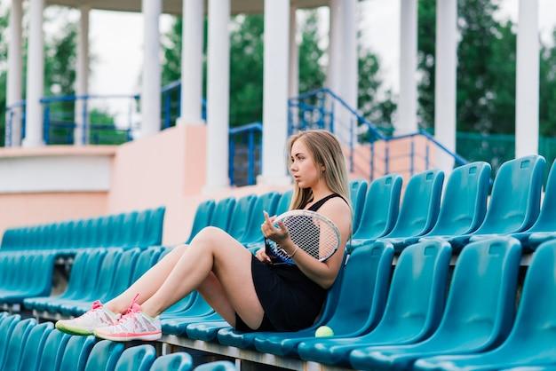 Tennistoernooi. vrouwelijke speler op de tennisbaan van klei