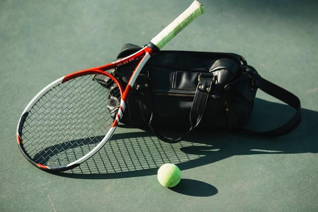 Tennisuitrusting op het tennisveld