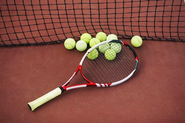 Tennisuitrusting op het veld