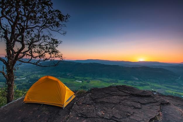 Tent die zich op de bovenkant van de berg bevindt