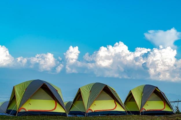 Tent en achtergrondhemel en bergmeningen.