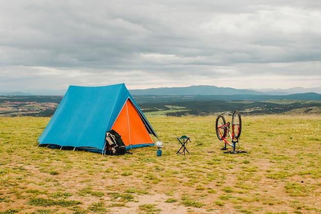 Tent en fiets in het platteland