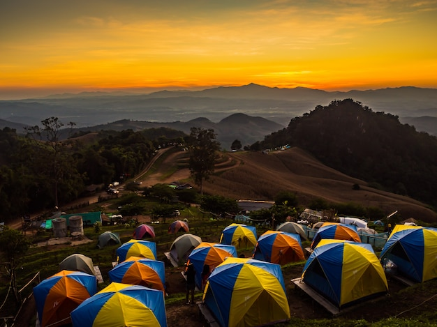 Tent in de zonsondergang met uitzicht op bergen