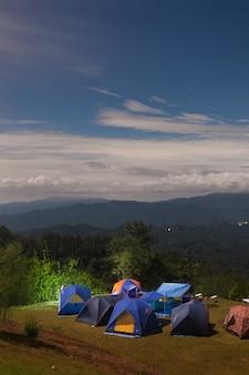 Tent kamperen op het gazon.