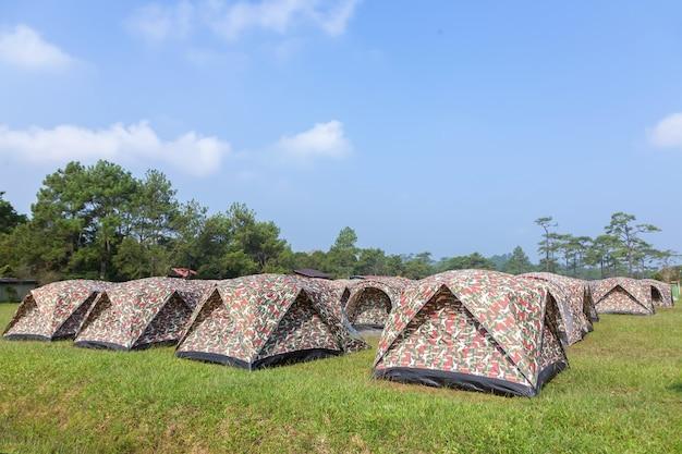Tent om te kamperen aan de rand van een bos.