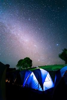 Tenten bij doi samer daw, nachtfotografie van melkweg boven tenten in sri nan nationaal park