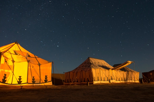 Tenten bij erg chigaga luxury desert camp in sahara desert, souss-massa-draa, marokko