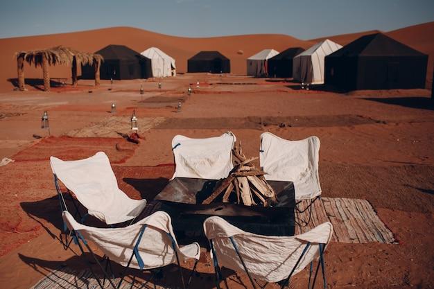 Tenten en ligstoelen in het woestijnkamp. sahara, marokko.