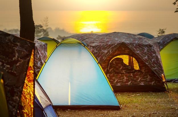 Tenten op de camping bij zonsopgang