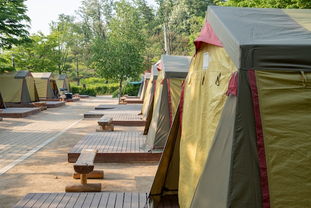 Tenten op de camping klaar voor iedereen om te gebruiken.