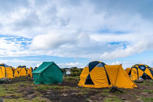 Tenten op een camping op de kilimanjaro berg