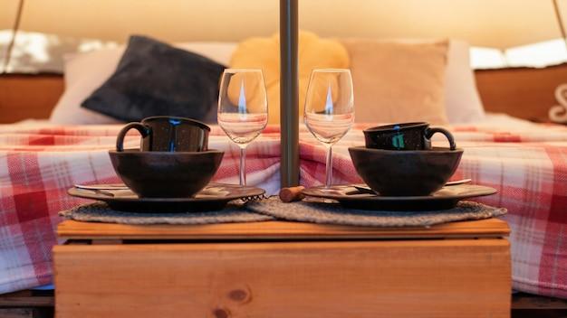 Tentinteror met bed en servies bij glamping