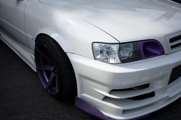 Tentoonstelling van japanse sportwagens op straat