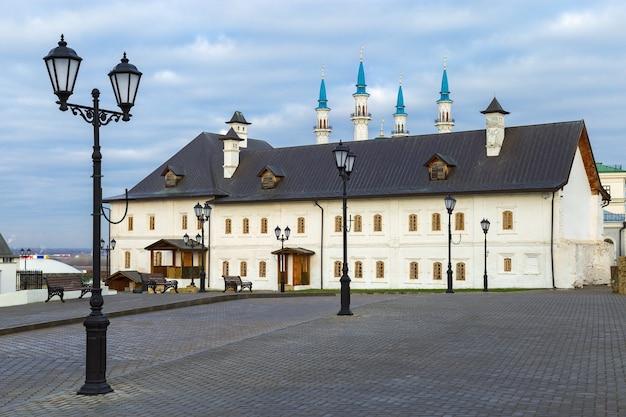 Tentoonstellingszaal in een oud historisch gebouw in het kremlin van kazan kazan republiek tatarstan rusland