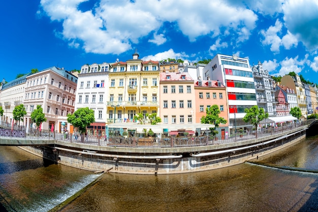 Tepla rivier dijk met hotels en restaurants. karlovy vary, tsjechië