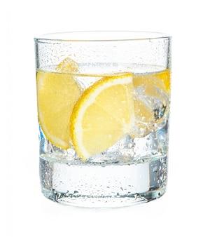 Tequila geschoten met sappige citroenplakken