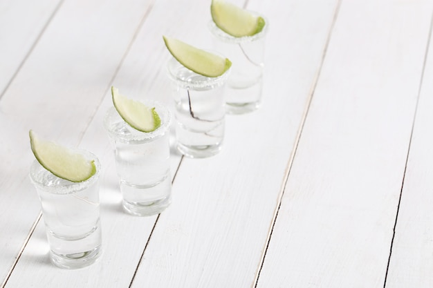 Tequila shots met limoen