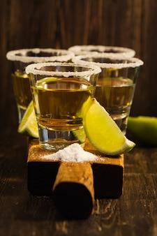 Tequila-shots, plakjes zout en limoen