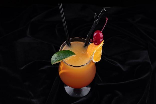 Tequila sunrise cocktail bovenaanzicht
