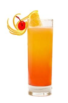 Tequila sunrise cocktail geïsoleerd op wit