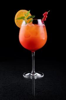 Tequila sunrise cocktail met grenadines in een glas