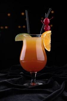 Tequila sunrise cocktail, op een zwarte ondergrond