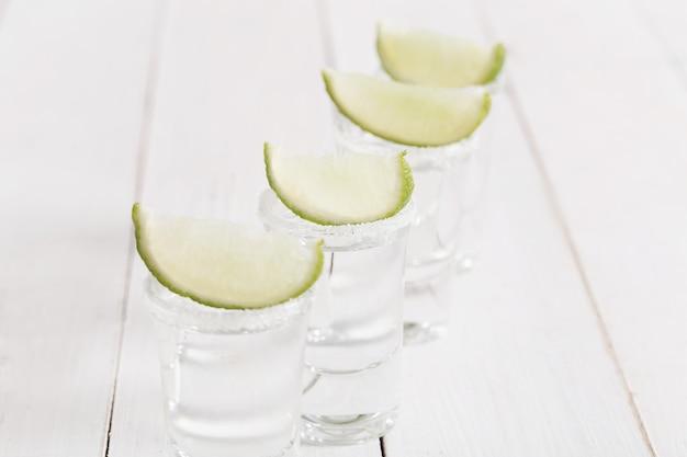 Tequilaglazen met citroen