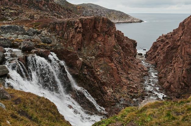 Teriberka, het noorden van rusland, noordelijke watervallen.