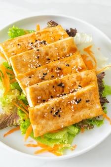 Teriyaki tofu salade met sesam - veganistische en vegetarische eetstijl