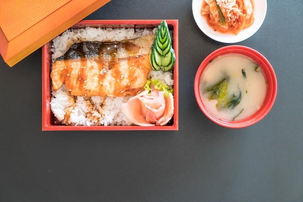 Teriyaki zalm op de top rijst in doos set