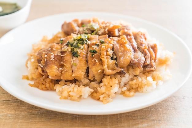Teriyakikip op bedekte rijst met miso-soep