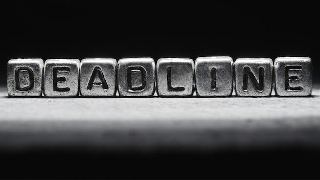 Termijn concept. 3d-inscriptie op metalen blokjes op een grijze zwarte achtergrond geïsoleerd
