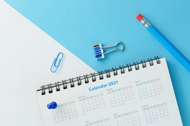 Termijnconcept met stapel kalender en potlood.